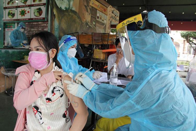 Triển khai tiêm vaccine mũi 2 cho người dân tại phường Phú Cường, thành phố Thủ Dầu Một, tỉnh Bình Dương. (Ảnh: TTXVN)