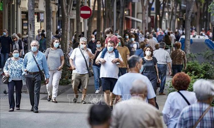 Người dân đeo khẩu trang phòng lây nhiễm COVID-19 tại Barcelona (Tây Ban Nha). (Ảnh: AFP/TTXVN)
