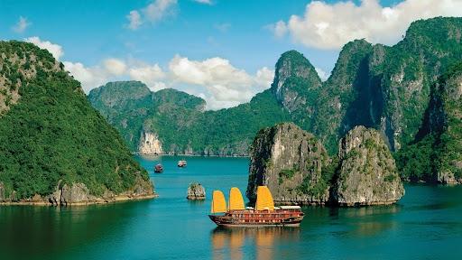 Vịnh Hạ Long - Di sản thiên nhiên thế giới được UNESCO công nhận là một trong những điểm đến nổi tiếng nhất của Việt Nam với du khách nước ngoài (Nguồn: BQN)