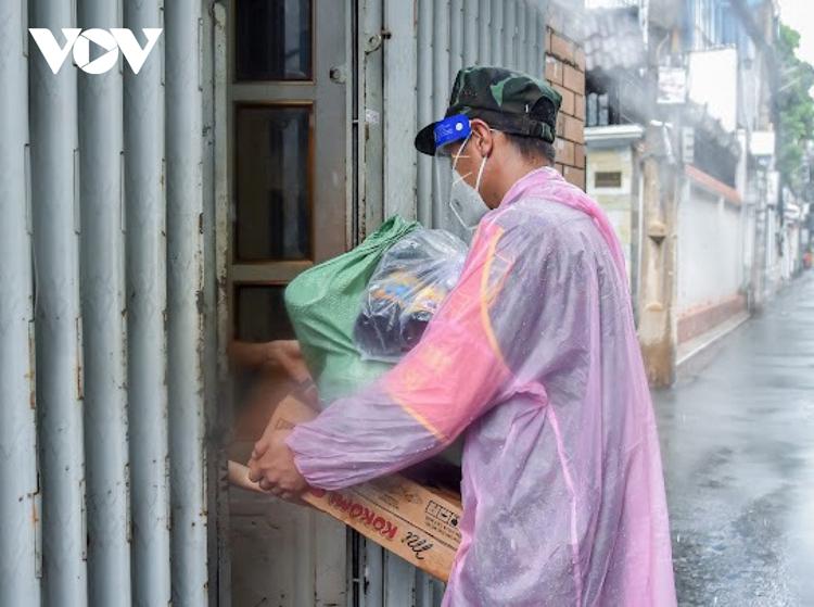 Đội mưa để hỗ trợ kịp thời.