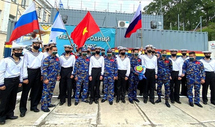 Đội tuyển Hải quân hai nước Việt Nam - Liên bang Nga chụp hình lưu niệm sau khi kết thúc phần thi