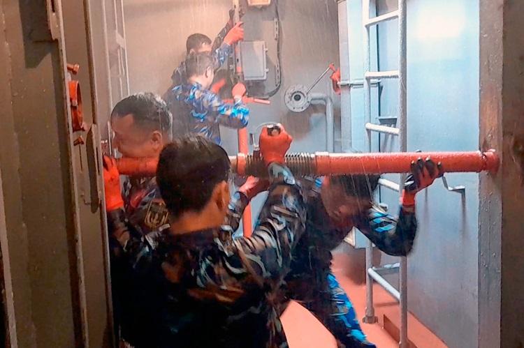 Các tuyển thủ Hải quân Nhân dân Việt Nam thực hiện nội dung thi Đấu tranh bảo vệ sức sống tàu