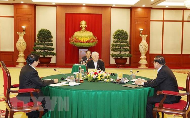 Tổng Bí thư Nguyễn Phú Trọng, Tổng Bí thư Đảng Nhân dân Cách mạng Lào Thongloun Sisoulith và Chủ tịch Đảng Nhân dân Campuchia Hun Sen tại cuộc gặp. (Ảnh: TTXVN)